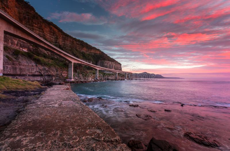 Overzees Cliff Bridge en zonsopgangoceaan stock fotografie