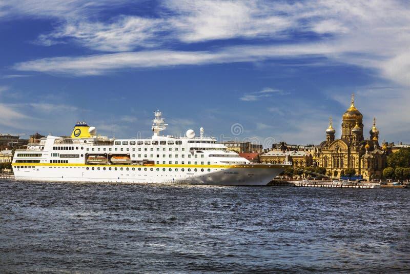 Overzees cruiseschip 'Hamburg 'dichtbij de dijk van Luitenant Schmidt 'op het Vasilyevsky-eiland dichtbij de Dormition-Kerk heili stock afbeeldingen