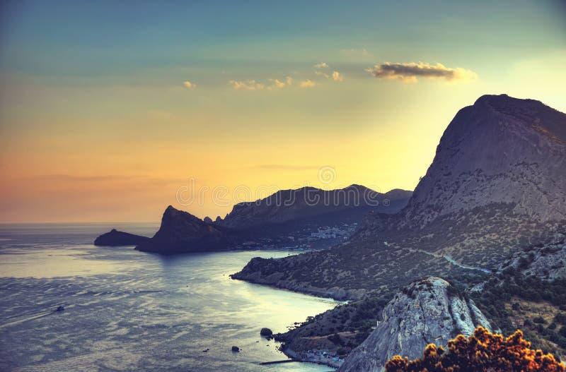Overzees en bergen bij zonsondergang Het landschap van de Krim De achtergrond van de aard stock afbeelding