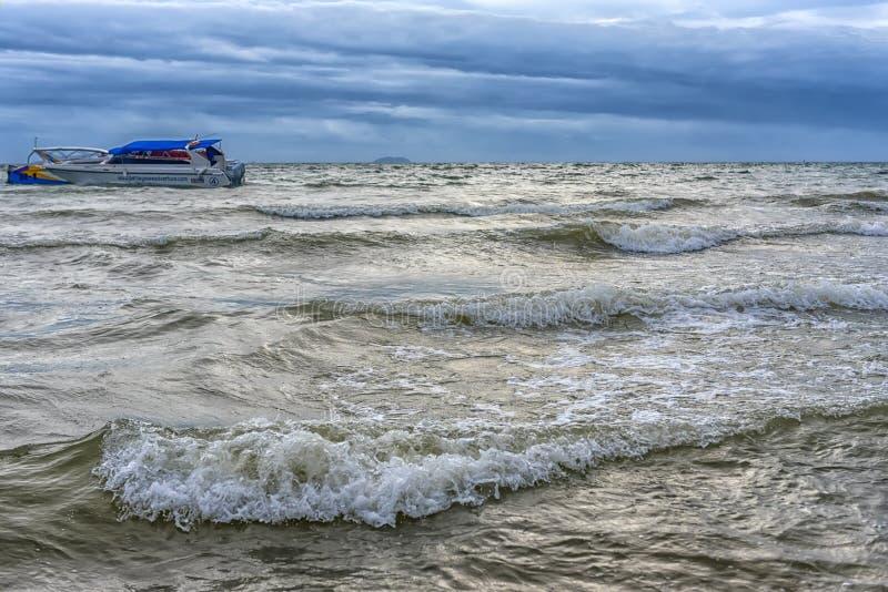 Overzees en boten onder een stormachtige hemel royalty-vrije stock afbeeldingen