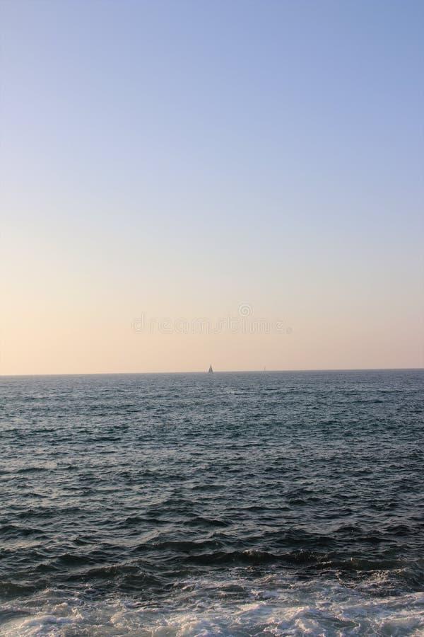 Download Overzees En Hemel Bij Zonsondergang Stock Afbeelding - Afbeelding bestaande uit toerisme, nave: 107701231