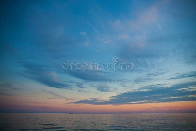 Overzees en hemel bij zonsondergang Mooi landschap stock afbeelding