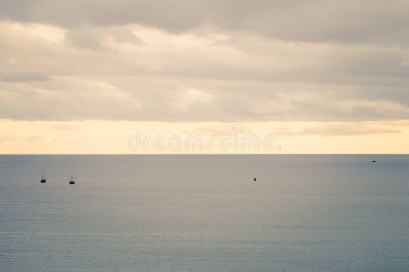 Overzees en het Bewolkte mooie landschap van het Hemellandschap stock foto's