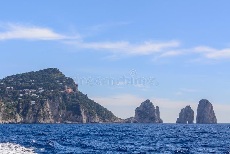 Overzees en indrukwekkende rotsen op Capri-Eiland Zeer schilderachtig, lu royalty-vrije stock fotografie