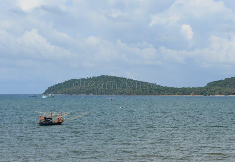 Overzees en kleine vissersboot stock afbeeldingen