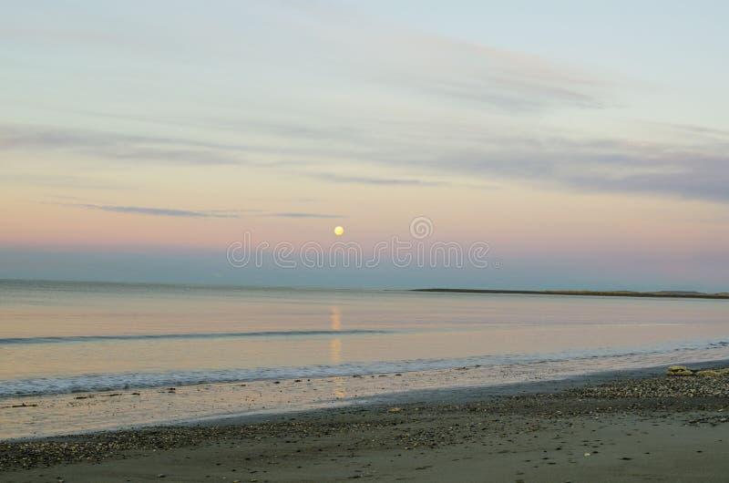 Overzees en maan stock foto's