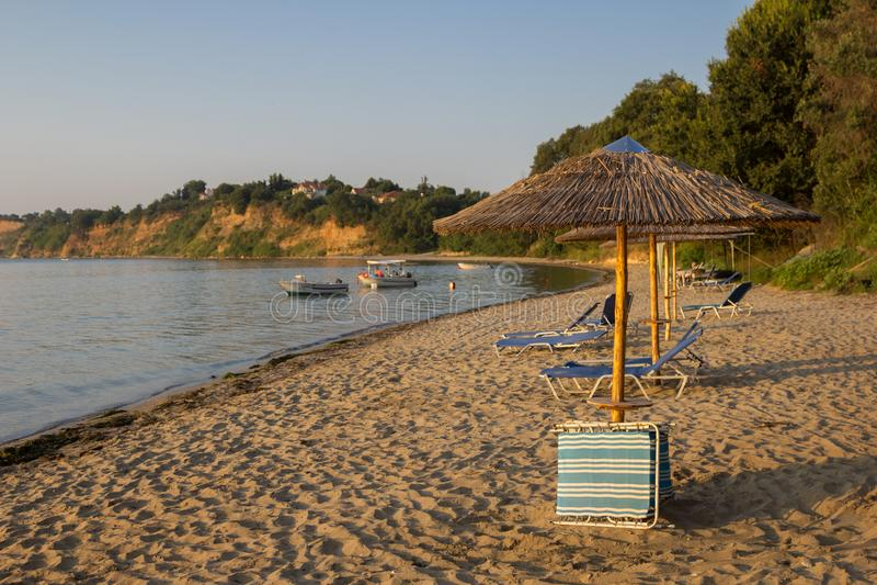 Overzees en paraplu's op het strand in Griekenland royalty-vrije stock afbeeldingen