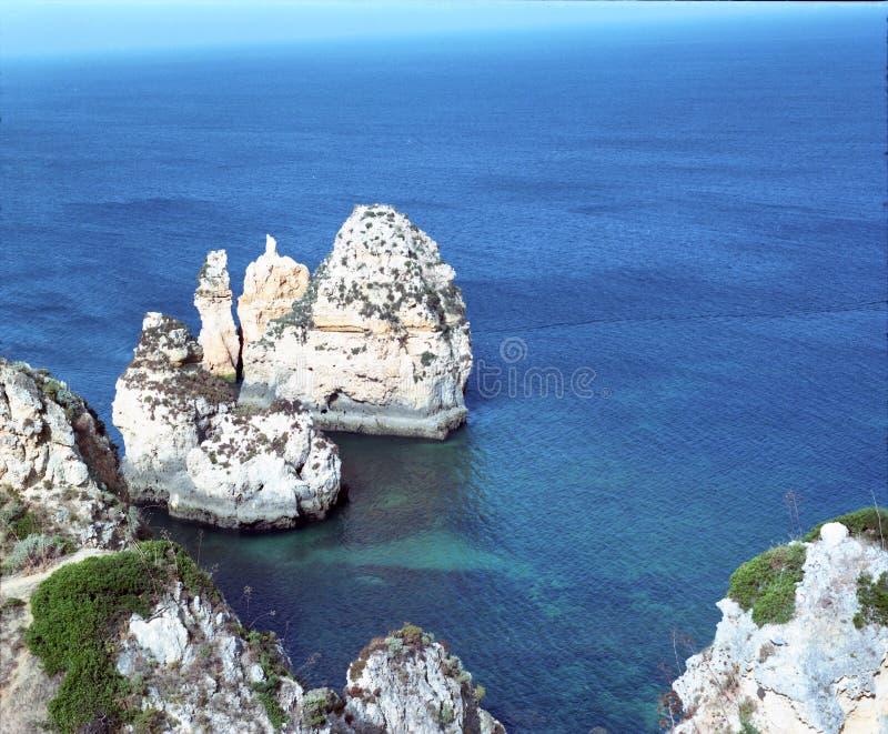 Overzees en rotsen in Algarve, Portugal stock foto's