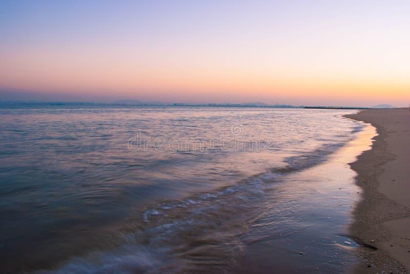 Overzees en strand in de schemering stock afbeelding