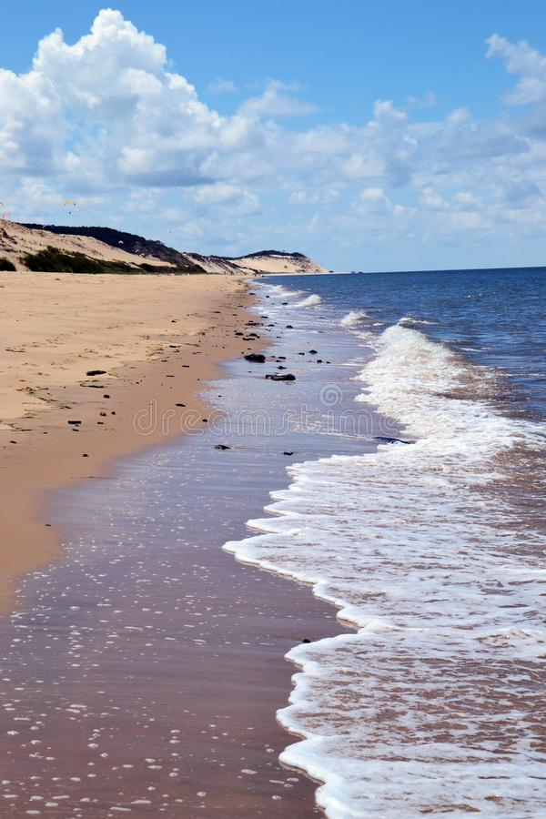 Overzees en strand en hemel stock afbeelding