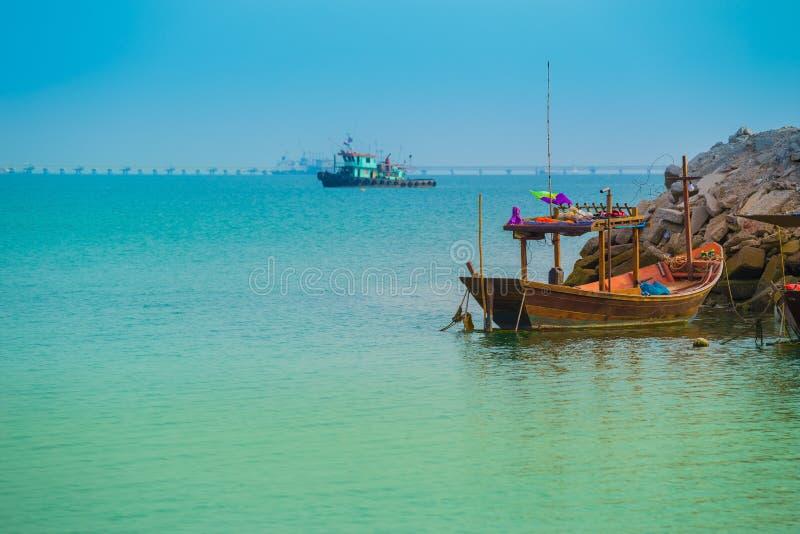 Overzees en Thaise vissersboot met blauwe hemel stock afbeelding