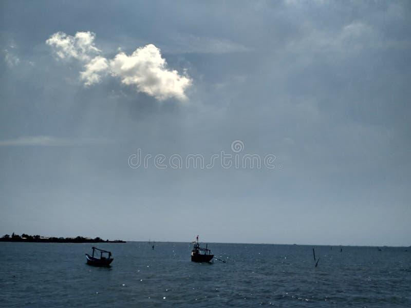 Overzees en wolk stock foto's