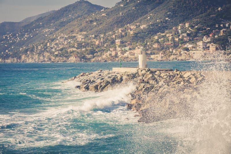 Overzees, golven, bergen en vuurtoren van Camogli Italië stock foto's