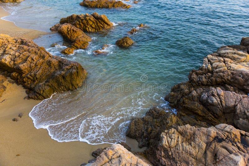 Overzees, golven, zand en stenen royalty-vrije stock afbeeldingen