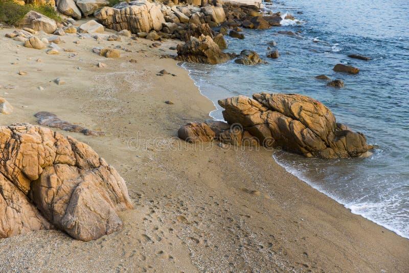 Overzees, golven, zand en stenen royalty-vrije stock afbeelding