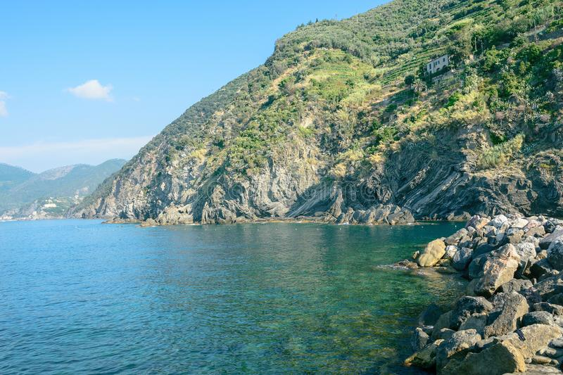 Overzees, hemel, kust en bergen, achtergrond met een exemplaarruimte Mooi Zeegezicht Kust van Cinque Terre van Vernazza royalty-vrije stock foto's