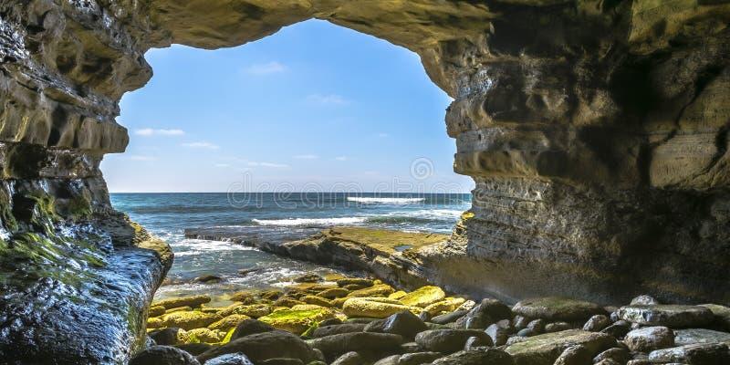 Overzees hol in La Jolla die Vreedzame Oceaan overzien royalty-vrije stock fotografie