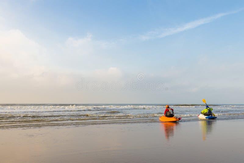 Overzees kajaks op het strand met aardige hamel royalty-vrije stock afbeelding