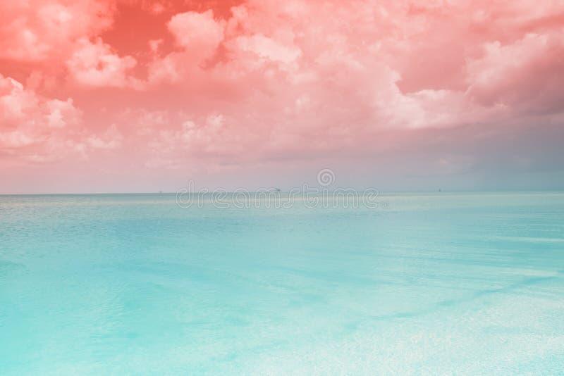 Overzees landschap Gestemd turkoois, het strand van het de Zomerparadijs van koraalkleuren stock afbeelding
