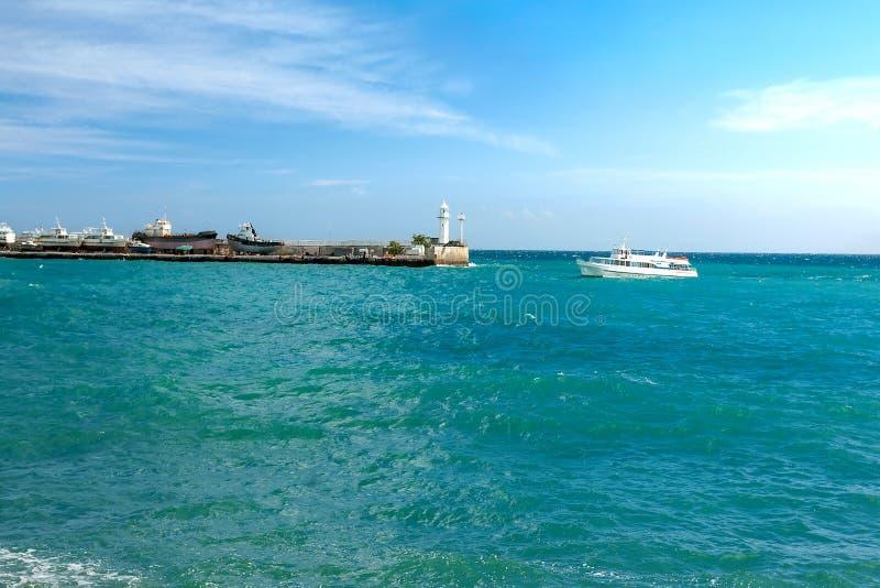 Overzees landschap met de meertros en de boten Yalta, de Krim stock fotografie