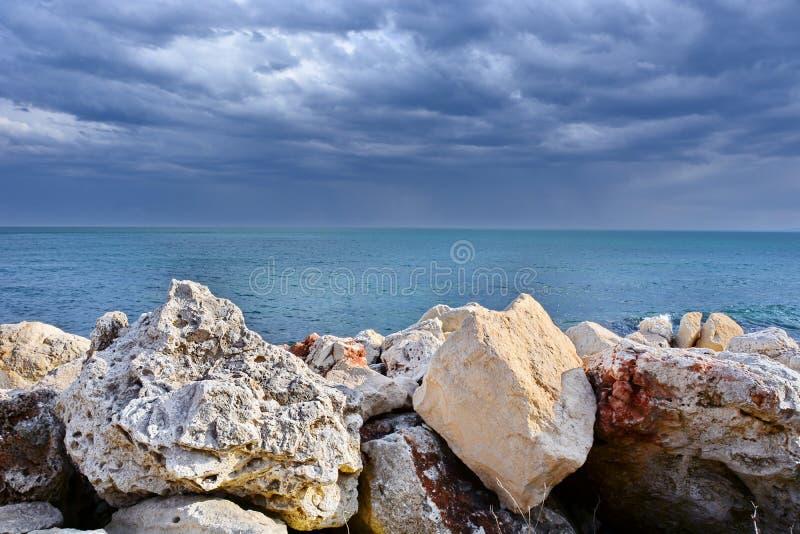 Overzees landschap met onweerswolken stock foto