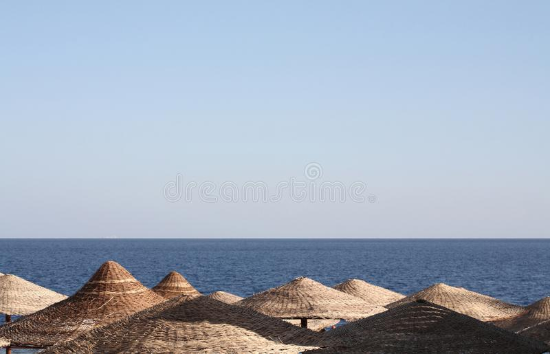 Overzees landschap, strandparaplu's, Egypte stock afbeelding