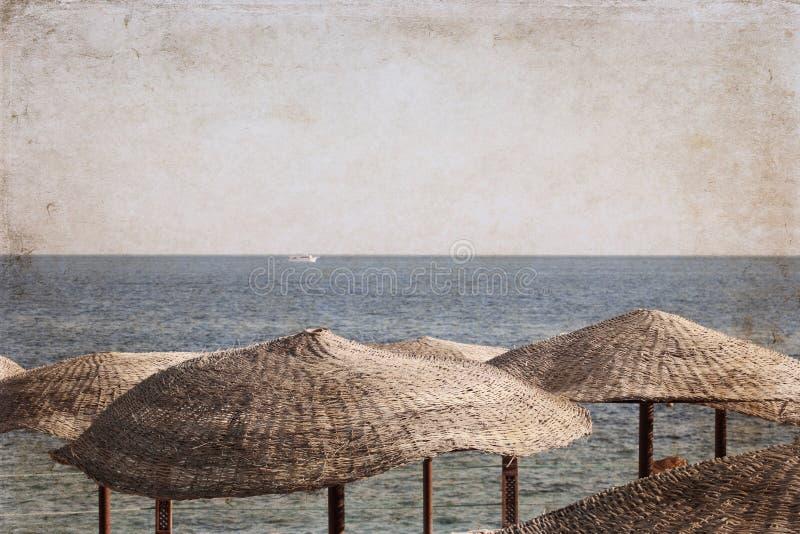 Overzees landschap; strandparaplu's; Egypte; royalty-vrije stock afbeelding