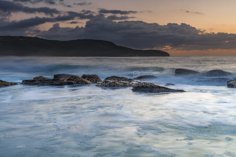 Overzees, landtong, wolken en zonsopgang royalty-vrije stock foto's