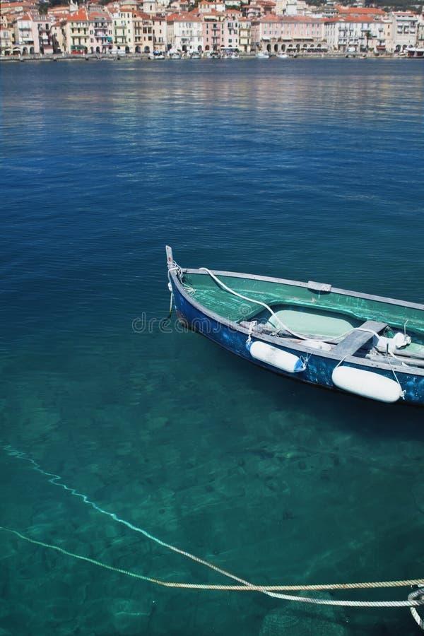 Overzees met bezinningen, oude haven met vissersboot stock foto's