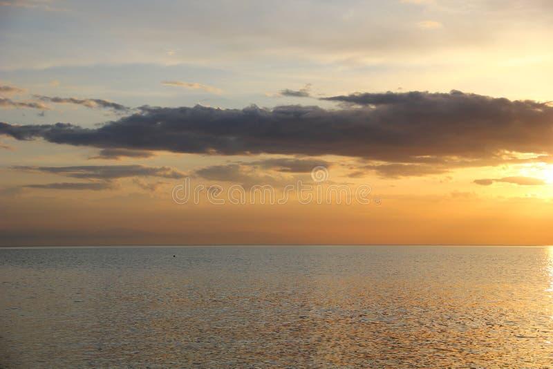 Download Overzees Met Een Lichte Ruche Van Het Water Stock Afbeelding - Afbeelding bestaande uit sinaasappel, ruche: 114226699