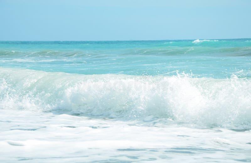 Overzees met golven en blauwe hemel stock foto