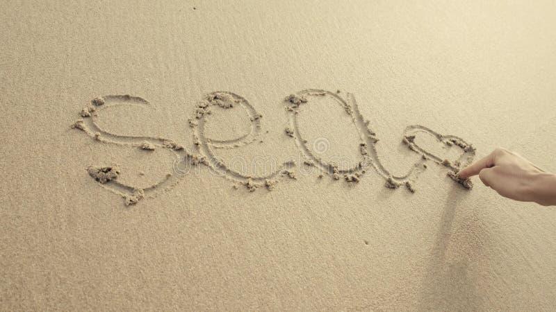OVERZEES met hart op het strandzand wordt door golven altijd wordt gewassen geschreven die royalty-vrije stock afbeeldingen
