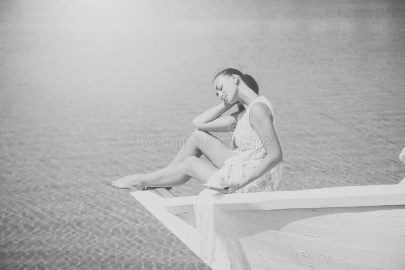 Overzees of oceaan en drinkende vrouw stock afbeeldingen