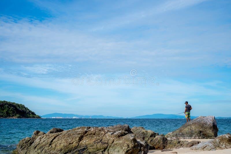 Overzees scape en vissende mens in Pattaya-strand, stock foto's