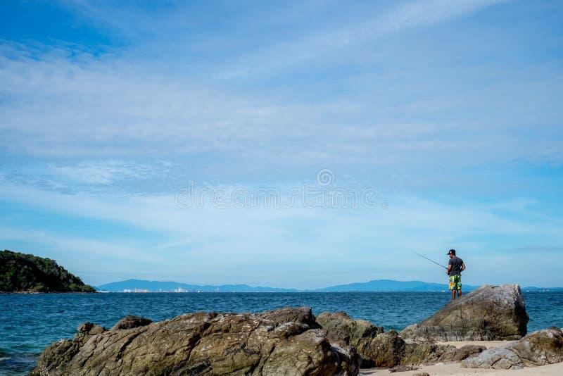 Overzees scape en vissende mens in Pattaya-strand stock foto's