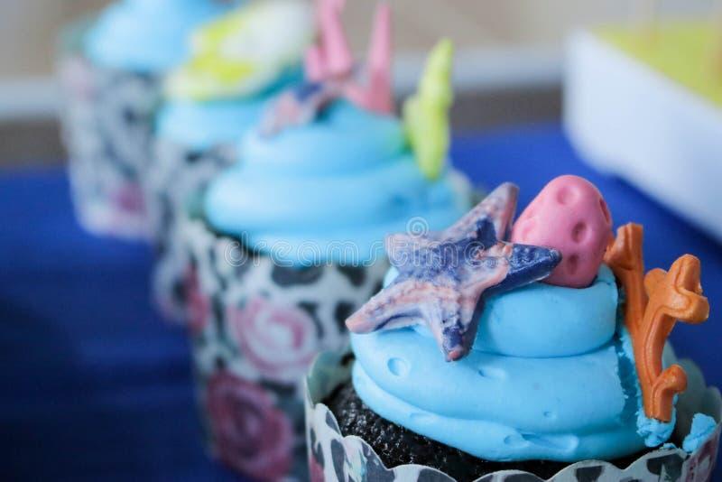 Overzees schepselthema cupcakes voor kinderenpartij stock afbeeldingen