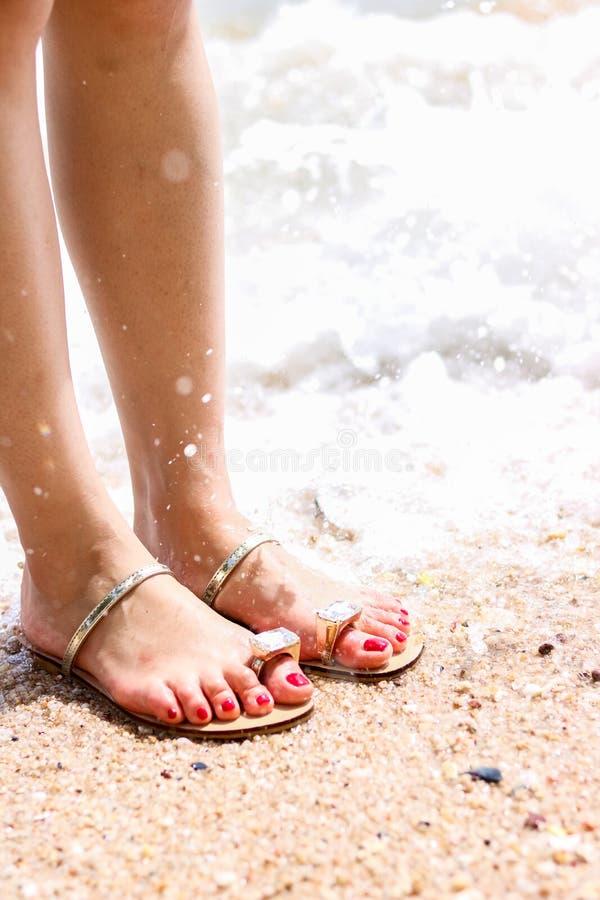 Overzees schuim, golven en naakte voeten op een zandstrand De vakantie, ontspant royalty-vrije stock foto's