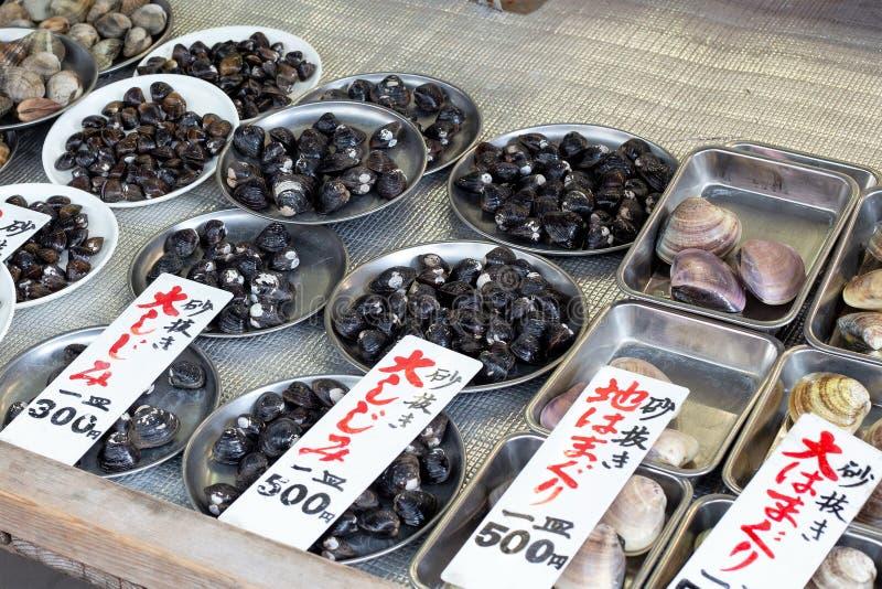 Overzees Shell Clams in kleine Verse Vissenmarkt, Japan, April 2019 stock fotografie