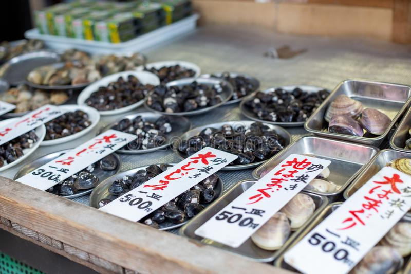 Overzees Shell Clams in kleine Verse Vissenmarkt, Japan, April 2019 royalty-vrije stock afbeelding