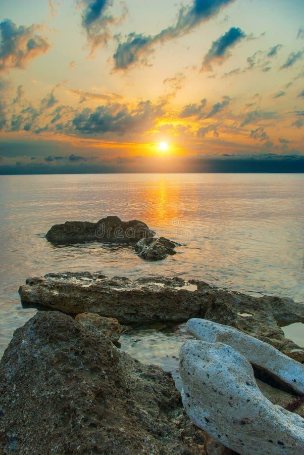 Overzees, stenen en de het plaatsen zon royalty-vrije stock foto's
