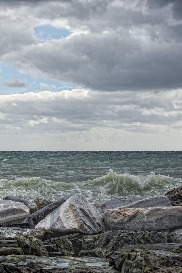 Overzees in storm op rotsen royalty-vrije stock foto's