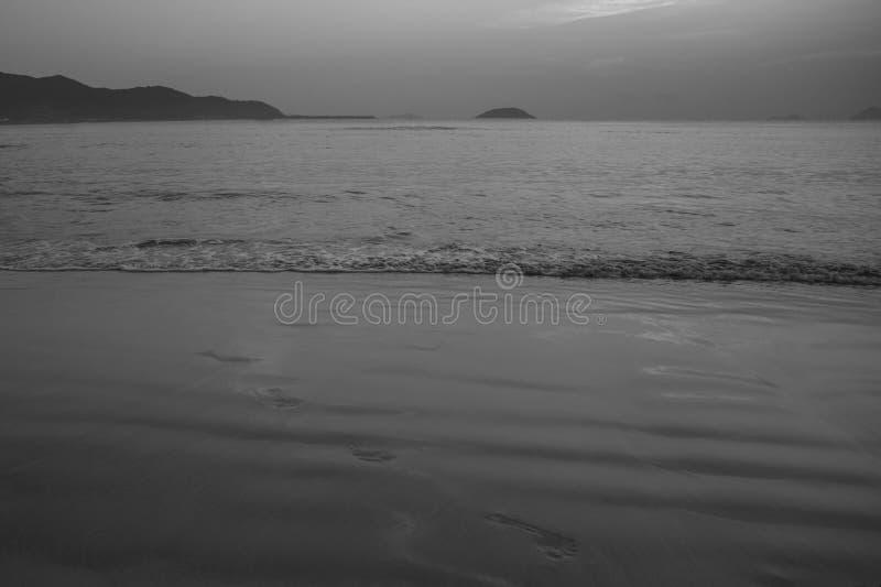 Overzees strand bij zonsopgang en zonsondergang stock foto