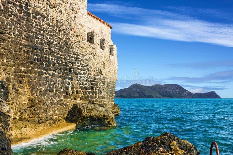 Overzees strand en muur van oude stad, Adriatic, Budva, Montenegro royalty-vrije stock afbeelding