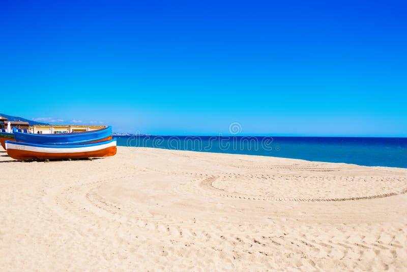 Overzees Strand en Zachte golf van blauwe oceaan De zomerdag en zandbac royalty-vrije stock fotografie
