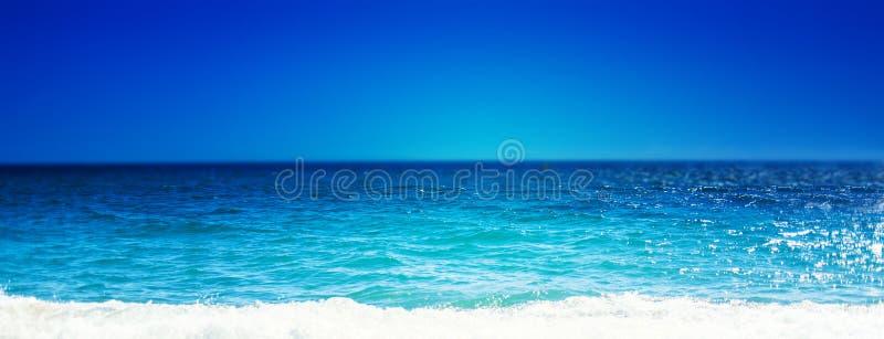 Overzees Strand en Zachte golf van blauwe oceaan De zomerdag en zandige bea stock foto's