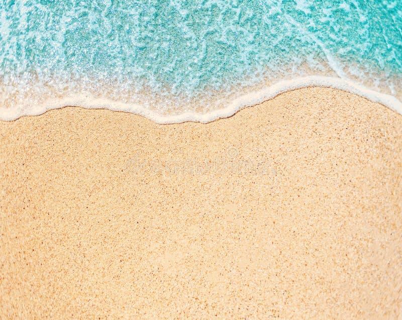 Overzees Strand en Zachte golf van blauwe oceaan De zomerdag en zandige beac stock foto