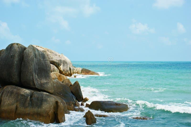 Overzees, strand, kust, stenen, hemel royalty-vrije stock afbeeldingen