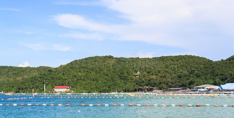 Overzees in Thailand met berg royalty-vrije stock foto's
