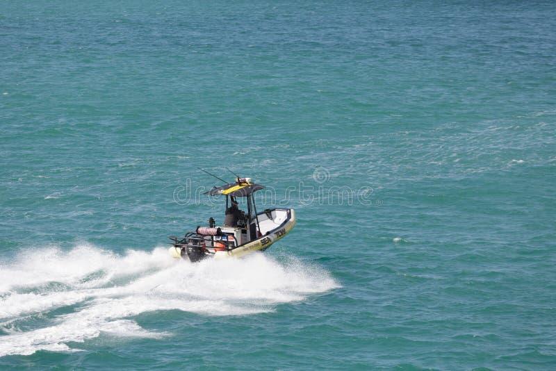 Overzees Tow Speeding Across Harbor royalty-vrije stock foto's