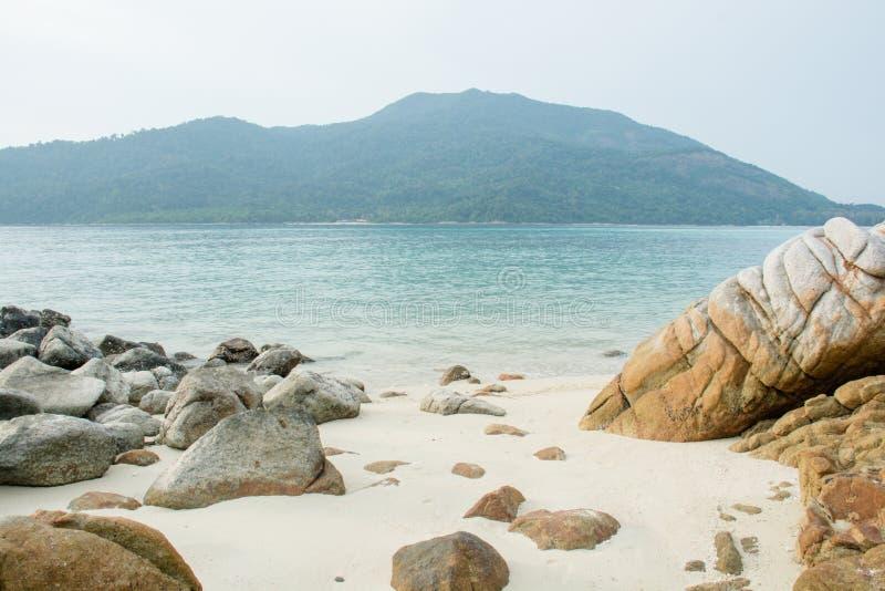 Overzees tropisch landschap met bergen en rotsen royalty-vrije stock foto's